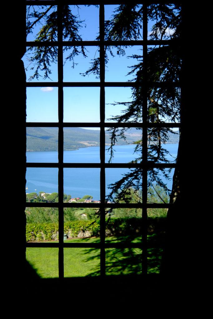 Okno-w-zamku-Bracciano-004-683x1024 Włochy we wrześniu. La Vita è bella Motorhome